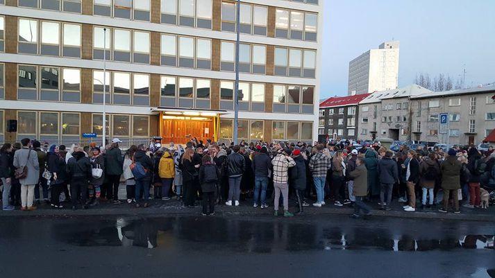 Frá mótmælum við lögreglustöðina á Hverfisgötu í nóvember árið 2015.