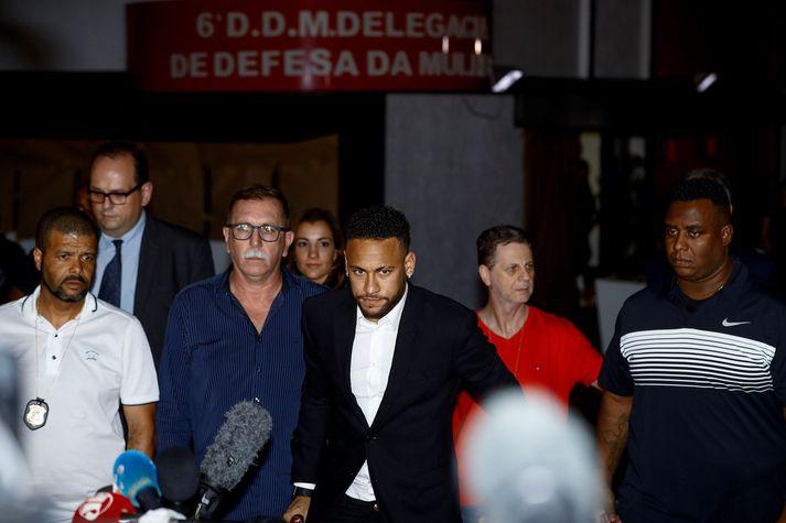 Neymar yfirgefur lögreglustöðina í Sao Paulo.