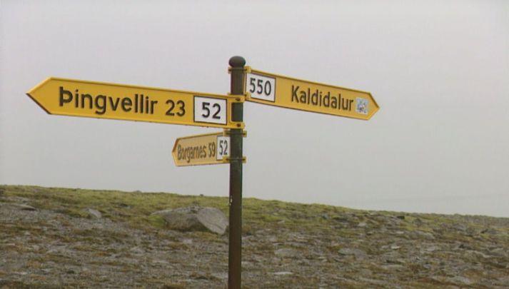 Við gatnamót Kaldadals og Uxahryggja ofan Þingvalla. Báðar þær leiðir hafa núna verið opnaðar.