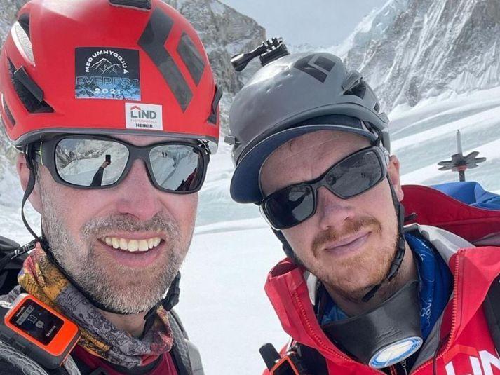 Heimir og Sigurður hafa náð toppi Everest með fána umhyggju með í för.