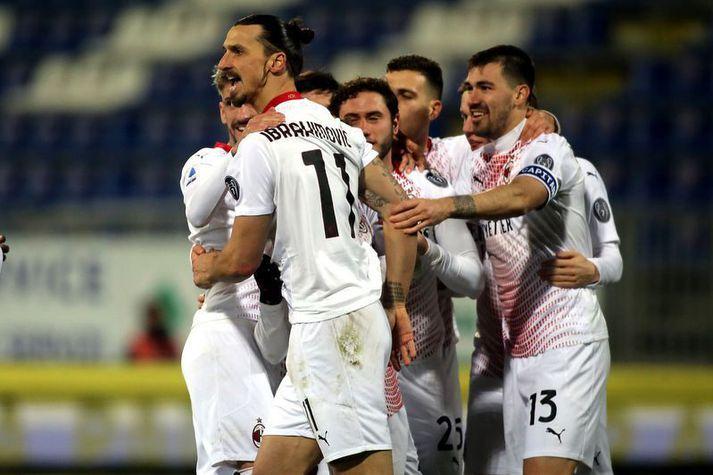 Zlatan Ibrahimovic fagnar öðru marka sinna fyrir AC Milan á móti Cagliari í gærkvöldi.