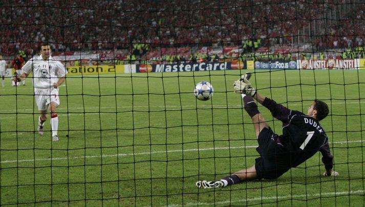 Dudek sér við Andriy Shevchenko í úrslitaleik Meistaradeildarinnar 2005.
