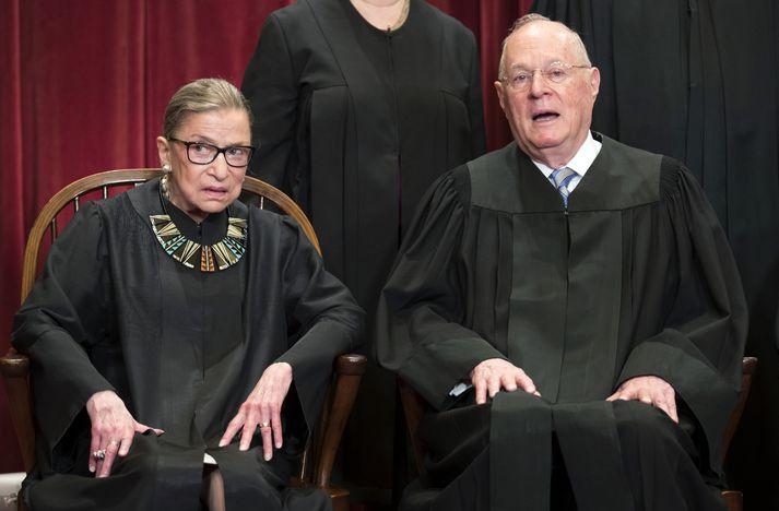 Kennedy með Ruth Bader Ginsburg, einum af frjálslyndari dómurunum í Hæstarétti Bandaríkjanna.