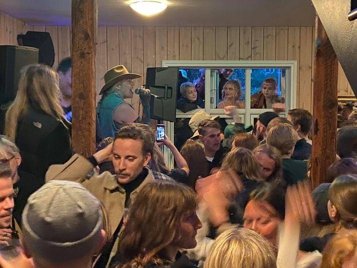 Greinilegt er að banastuð er á Seyðisfirði í kvöld.