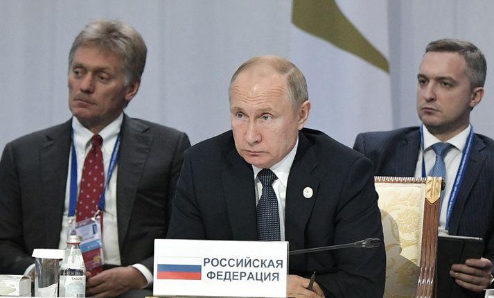 Vladímír Pútín Rússlandsforseti (f.m.) með Dmitrí Peskov, talsmanni Kremlar (t.v.).