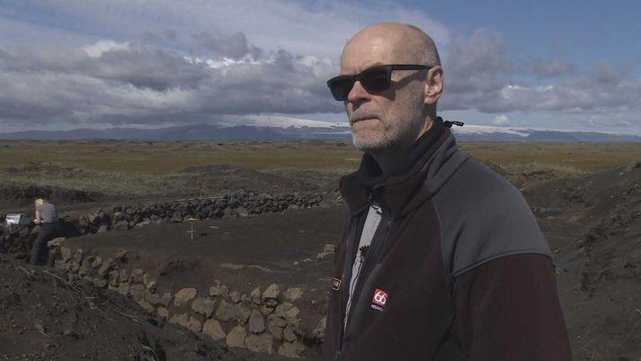 Bjarni F. Einarsson fornleifafræðingur við bæjarrústirnar á Mýrdalssandi. Hér afhjúpast eyðingarmáttur Kötlu, sem sést í baksýn.