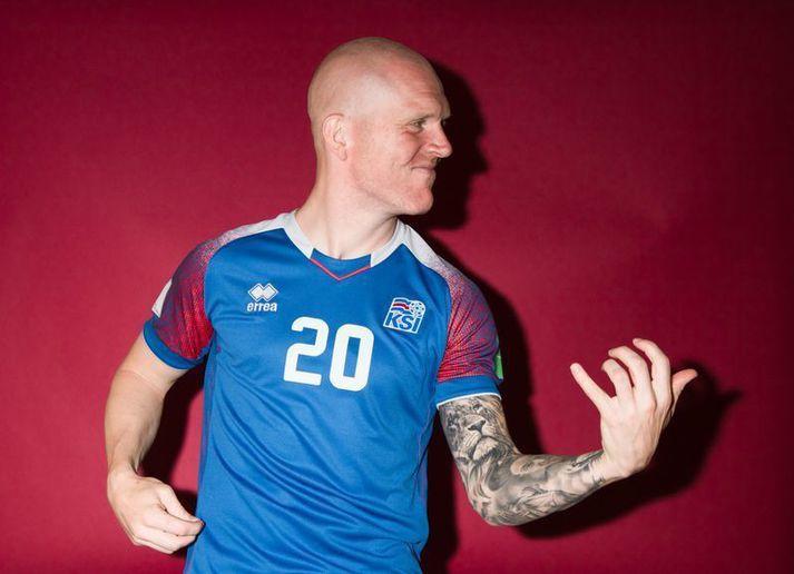 Emil Hallfreðsson bregður á leik í myndatöku íslenska landsliðsins fyrir HM í Rússlandi 2018.