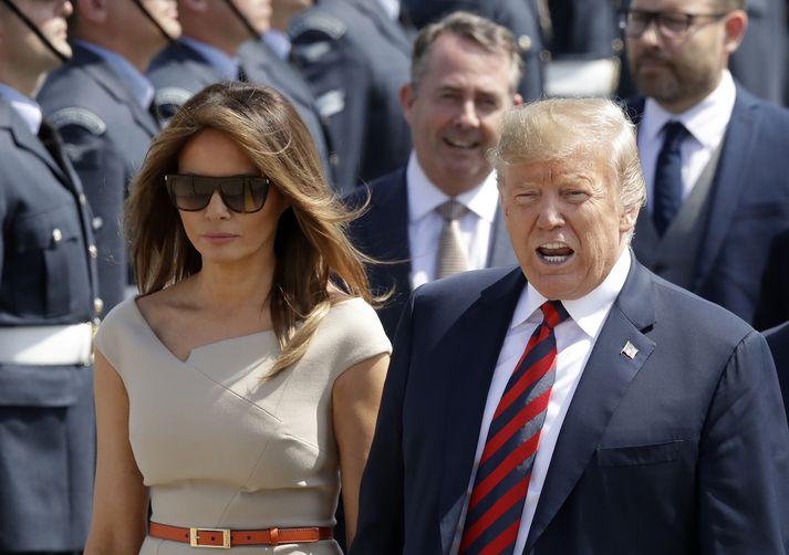 Melania Trump, forsetafrú, og Donald Trump, Bandaríkjaforseti, við komuna til Bretlands í gær.