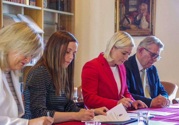 Guðrún Nordal, Katrín Jakobsdóttir, Lilja Alfreðsdóttir og Björn Bjarnason undirrita samstarfsyfirlýsingu.