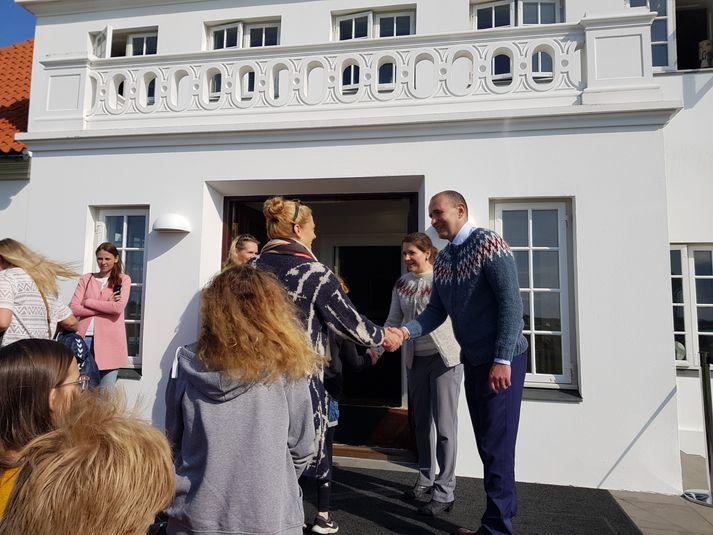 Guðni og Eliza heilsuðu öllum með handabandi, sem heimsóttu þau á Bessastaði í gær.