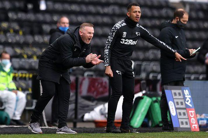 Wayne Rooney hvetur sína menn til dáða í dag.