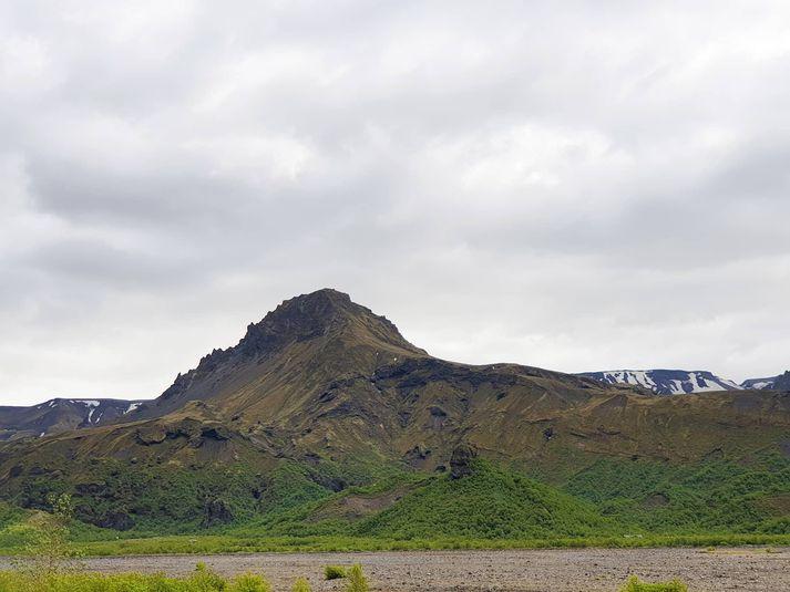 Fjallið Útigönguhöfði en Básar eru fyrir neðan það.