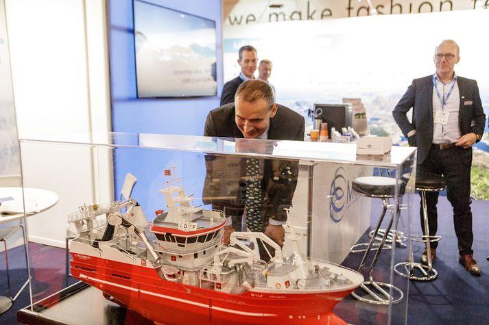 Guðni skoðar hér skipslíkan í bás Måløy Maritime Group frá Noregi á IceFish.