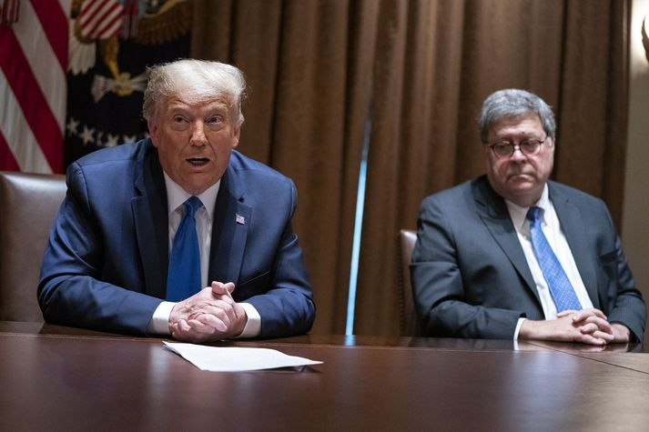 Donald Trump, forseti Bandaríkjanna, og William Barr, dómsmálaráðherra. Barr hefur verið gagnrýndur fyrir að beita sér í þágu Trump og nú hefur forsetinn krafist þess að Barr hefji rannsókn á mótframbjóðanda sínum.