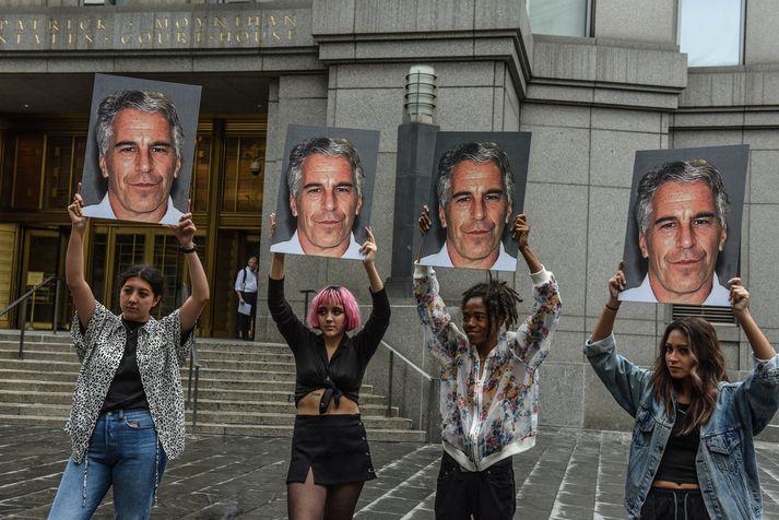 Mótmælendur með myndir af Epstein við dómhús í New York í júlí.