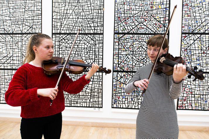 Sólrún Ylfa og Ingibjörg Ásta leika sér með Bach-tónlistina í skapandi sumarstarfi á vegum Kópavogs.
