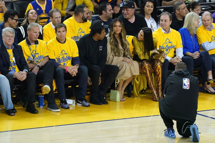 Hér sést Nicole Curran halla sér yfir Beyoncé til að spyrja Jay-Z hvað hann vildi drekka.