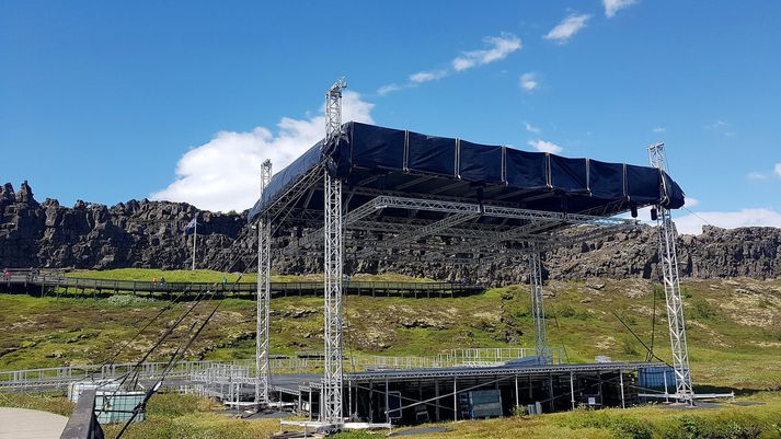 Búið er að reisa svið á Þingvöllum vegna fundarins.