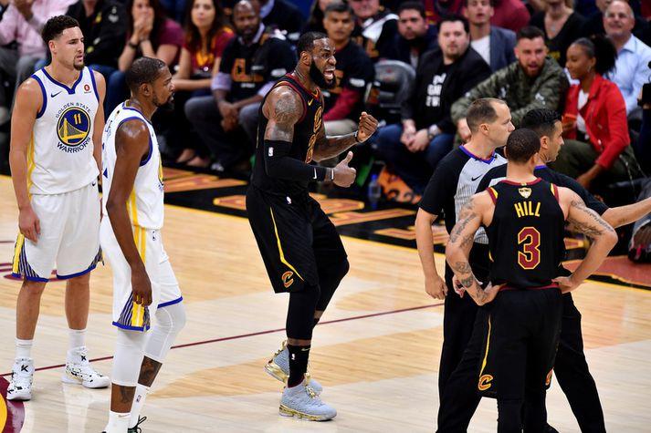 LeBron James bætir NBA-metin en er ekki kátur.