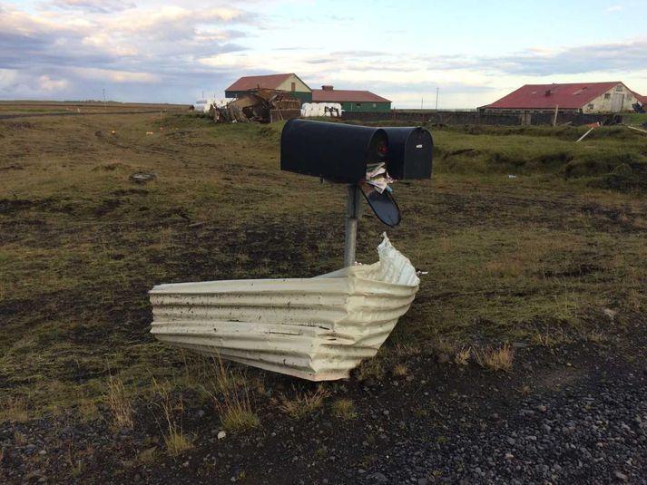 Þrír skýstrókar fóru yfir við bæinn Norðurhjáleigu á föstudag. Brak fauk fleiri hundruð metra.