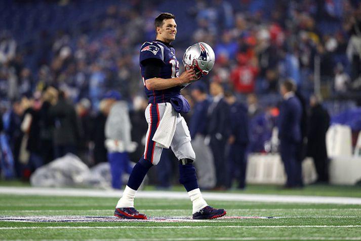 Tom Brady skiptir yfir í rauðan búning á næstu leiktíð.