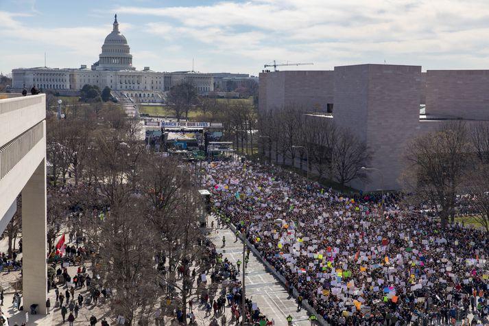 March for Our Lives fer fram í Washington D.C. í dag. Búist er við miklum mannfjölda í göngunni sem hefur breyst í gríðarstóran útifund vegna þess fjölda sem saman er kominn.