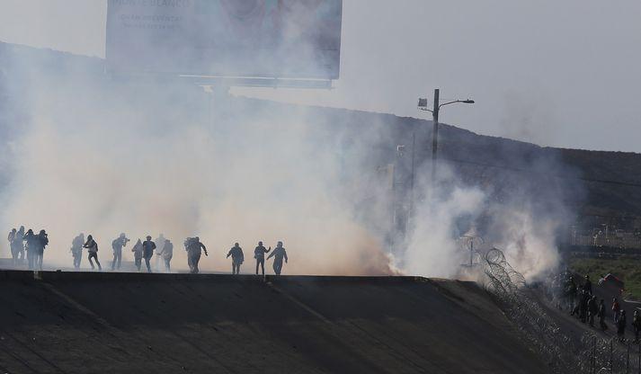 Um 500 manns reyndu að komast yfir landamærin en bandarísk yfirvöld skutu táragashólkum inn í Mexíkó.