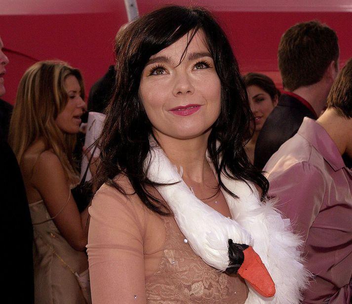 Ógleymanlegt augnablik í tískusögunni, Björk á rauða dreglinum á Óskarsverðlaunahátíðinni árið 2001.