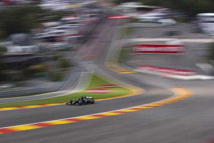 Lewis Hamilton þeysist í gegnum Eau Rouge-beygjuna á Spa-Francorchamps í Belgíu. Forstjóri brautarinnar fannst myrtur í fyrrinótt.