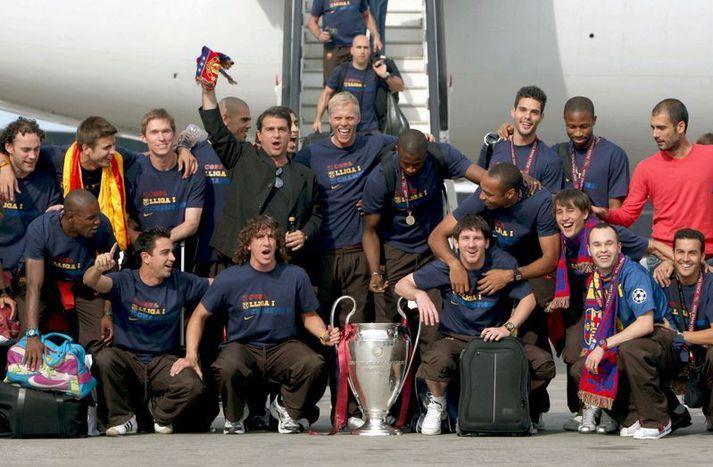 Eiður Smári Guðjohnsen fagnar með Pep Guardiola, Lionel Messi og öllum hinum hjá Barcelona eftir að liðið lenti í Barcelona eftir flugið heim frá Róm í maí 2009.
