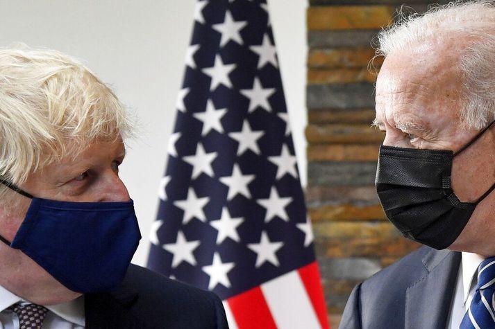Boris Johnson, forsætisráðherra Bretlands, (t.v.) og Joe Biden Bandaríkjaforseti (t.h.) hafa samtals lofað fleiri en 600 milljónum skammta af bóluefni til snauðari þjóða.