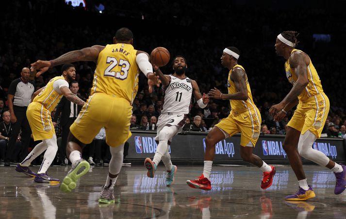 Irving með boltann í leik gegn Los Angeles Lakers í janúar á þessu ári.
