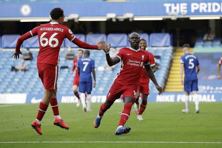 Sadio Mané fagnar öðru marka sinna fyrir Liverpool á móti Chelsea á Stamford Bridge um helgina.