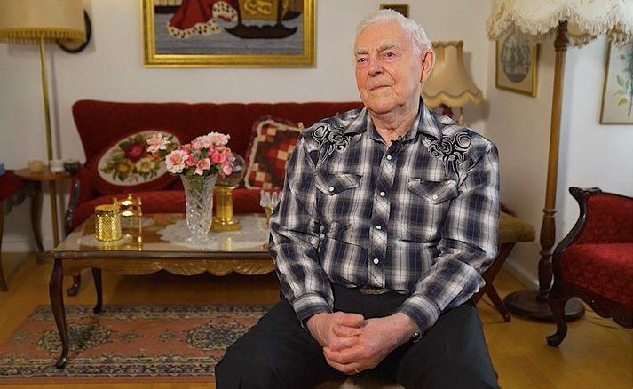 Gunnar hreyfir sig reglulega og mætir einnig í danstíma á fullu. Hann er 97 ára.