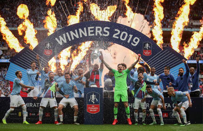 Leikmenn Manchester City fagna bikarsigrinum í gær