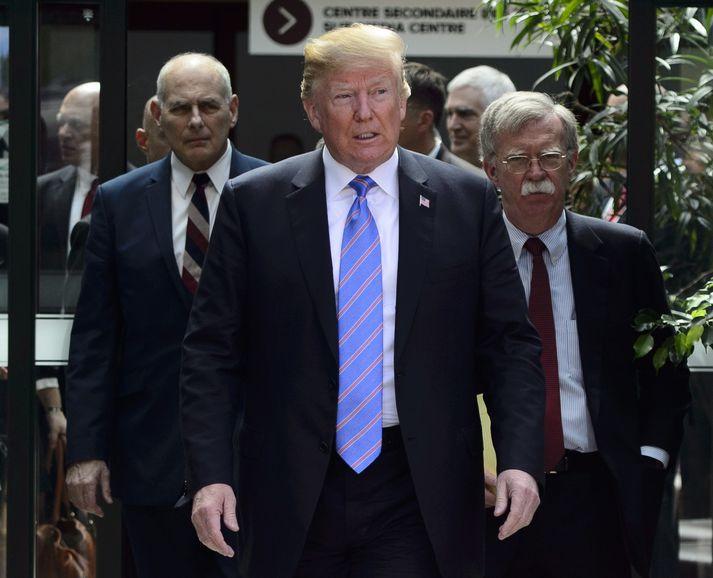 Donald Trump ásamt John Kelly, starfsmannastjóra Hvíta hússins, og John Bolton, þjóðaröryggisráðgjafa Trump.