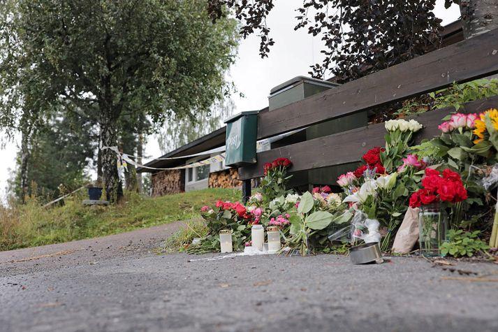 Blóm við heimili mannsins þar sem sautján ára gömul stjúpsystir hans fannst myrt.