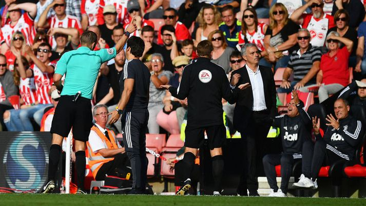 Jose Mourinho var rekinn upp í stúku í leik Southampton og Manchester United á síðasta tímabili. Hann þarf að passa sig enn frekar á hliðarlínunni í vetur