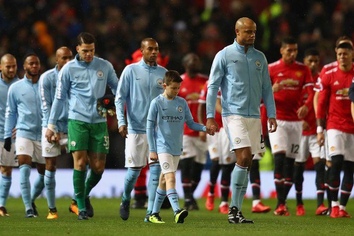 Vincent Kompany leiðir lið Manchester City út í leik á móti Manchester United.