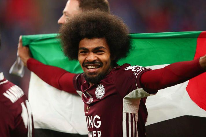 Hamza Choudhury með palestínska fánann á Wembley á laugardaginn.