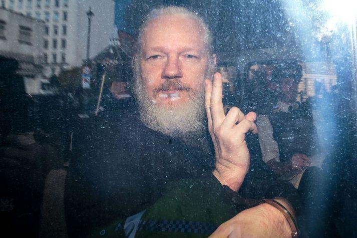 Julilan Assange sést hér koma fyrir dóm í London í apríl í fyrra.