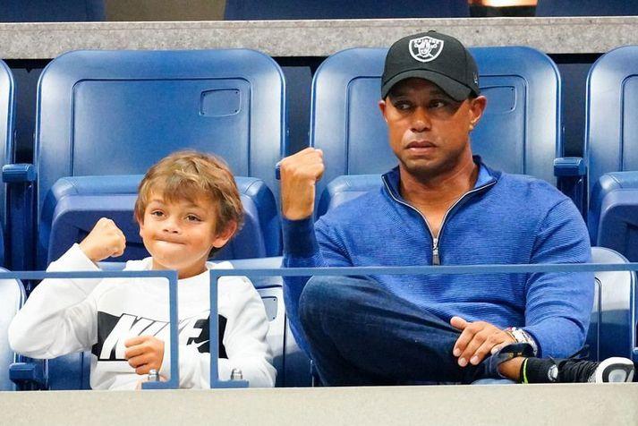 Feðgarnir Tiger Woods og Charlie Axel Woods fylgjast með Rafael Nadal spila á Opna bandsríska tennismótinu árið 2019.