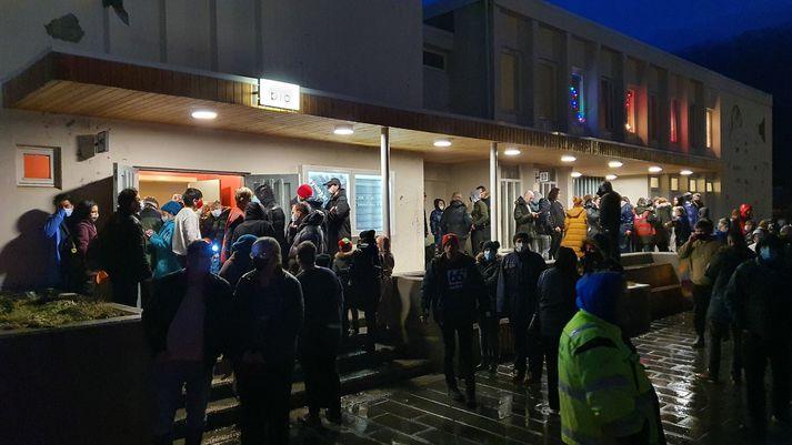Íbúar á Seyðisfirði biðu í dag fyrir utan fjöldahjálparstöðina eftir því að komast yfir til Egilsstaða.