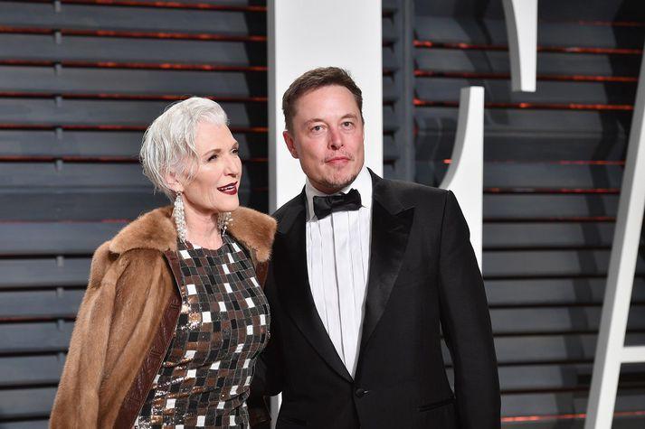 Elon Musk með móður sinni, fyrirsætunni May Musk.