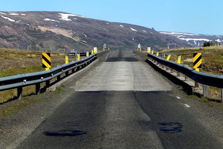 Alls eru 423 einbreiðar brýr á vegum landsins, þessi er yfir Glerá.