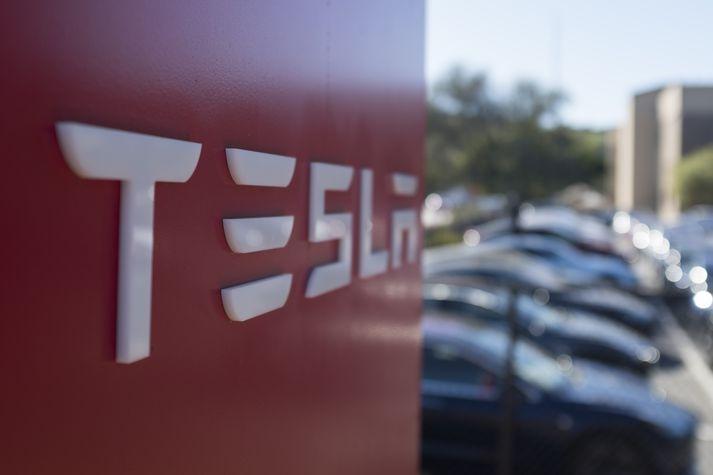 Tesla bifreiðin var stillt á sjálfstýringu.