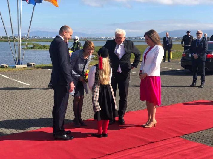 Rauður dregill var að sjálfsögðu dreginn fram og íslensk stúlka glæsilega klædd afhenti forsetafrúnni blómvönd.