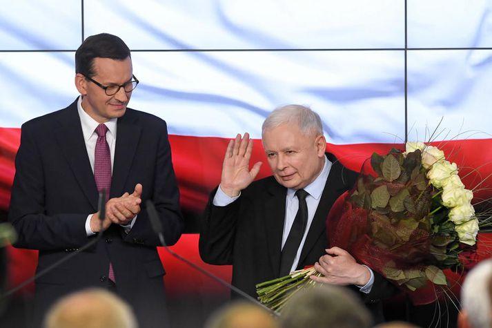 Mateusz Morawiecki, forsætisráðherra Póllands, (t.v.) og Jarosław Kaczyński, leiðtogi og stofnandi Laga- og réttlætisflokksins (t.h.).