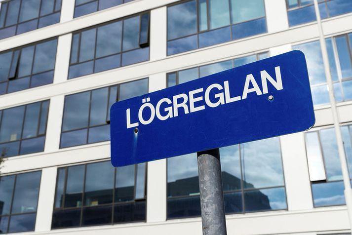 Maðurinn og annar farþegi í bílnum voru fluttir í fangageymslur lögreglu.