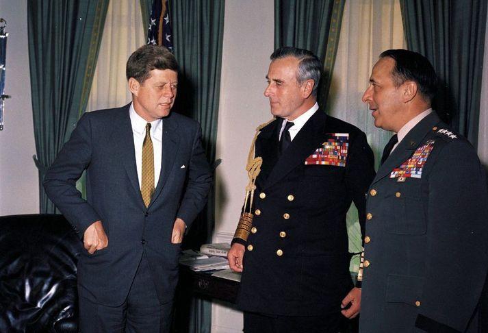 Lord Mountbatte, í miðjunni, heimsækir John F. Kennedy í Hvíta húsið.